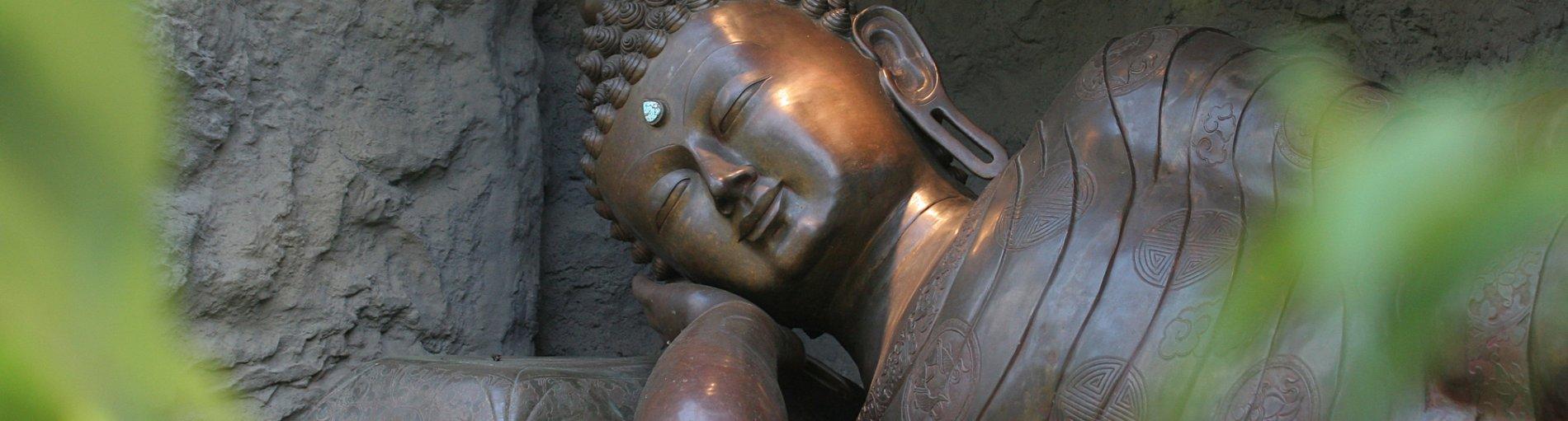 Eine große Himalaya-Buddah Statue im Botanika Garten.
