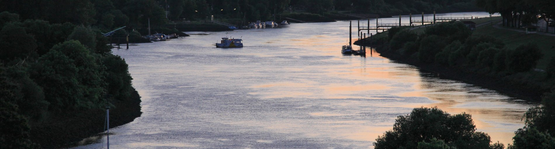 Ausblick auf die Weser in der Abenddämmerung