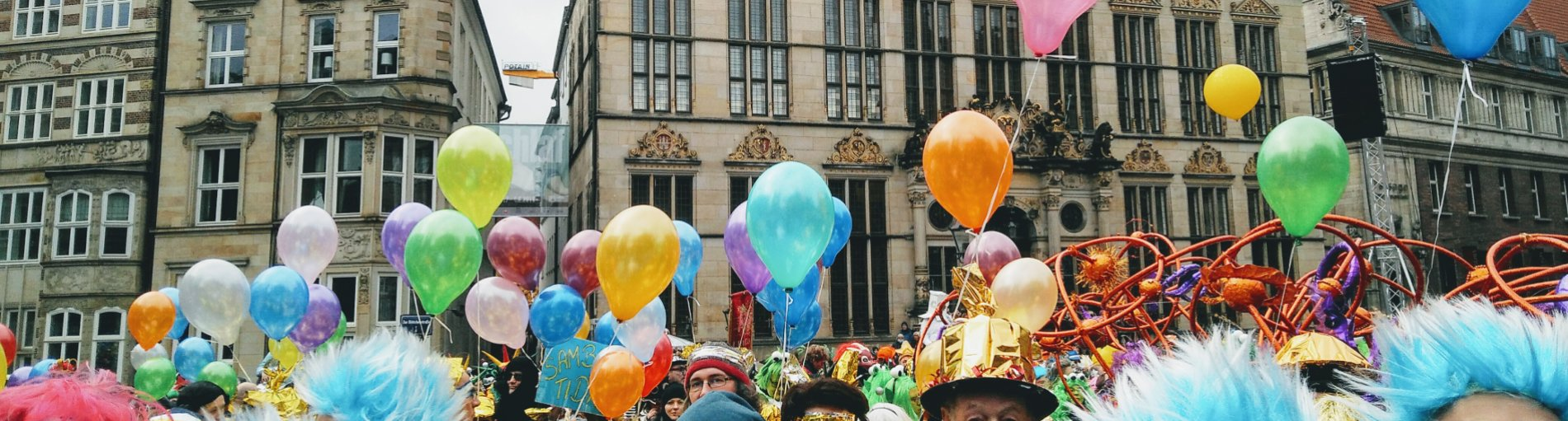 Luftballons vor dem Bremer Schütting beim Bremer Karneval