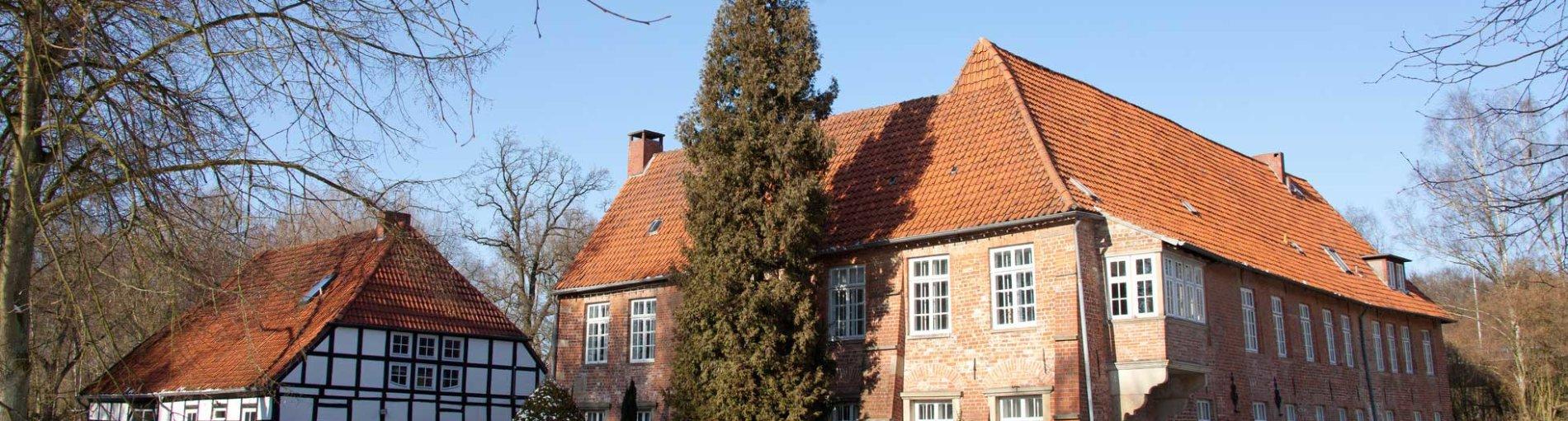 Die Burg Blomendal in winterlicher Landschaft.