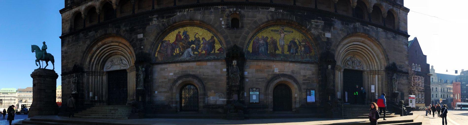 Szenen aus dem Alten und dem Neuen Testament über dem Portal zum Dom