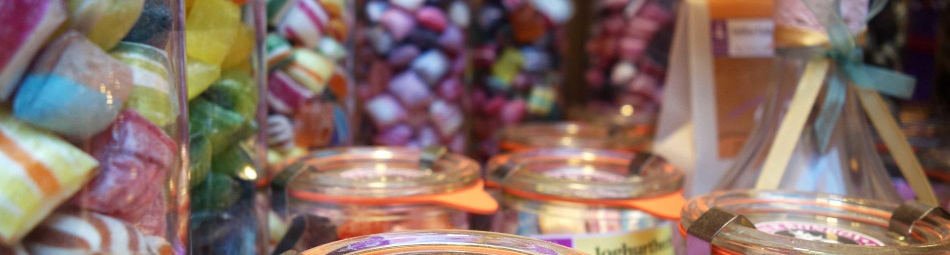 Gläser mit bunten Bonbons in der Bremer Bonbon Manufaktur