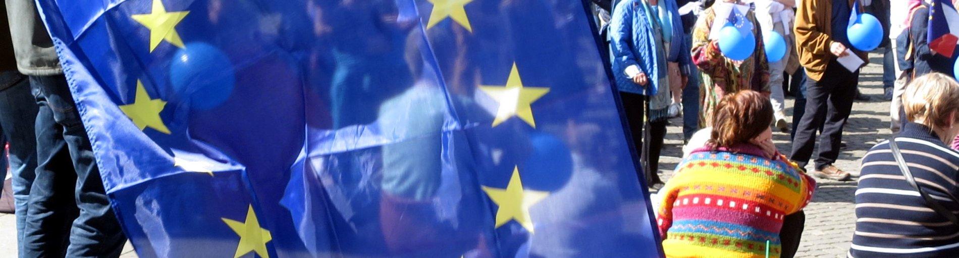 Eine Europa-Flagge wird geschwenkt