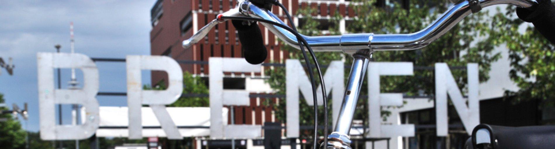Fahrrad steht vor einem Bremen-Schriftzug