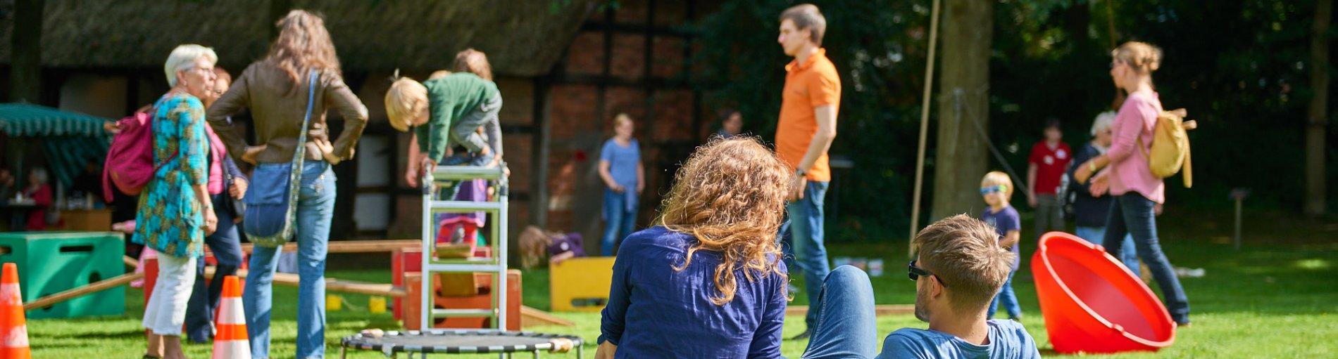 Familien bei Fockes Fest auf der Wiese