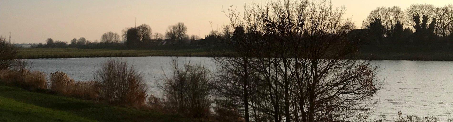Blick über den Werdersee auf die andere Deichseite