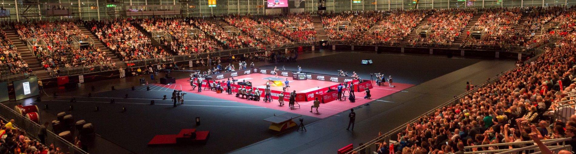 Eine volle ÖVB-Arena fiebert mit den Tischtennisspielern.