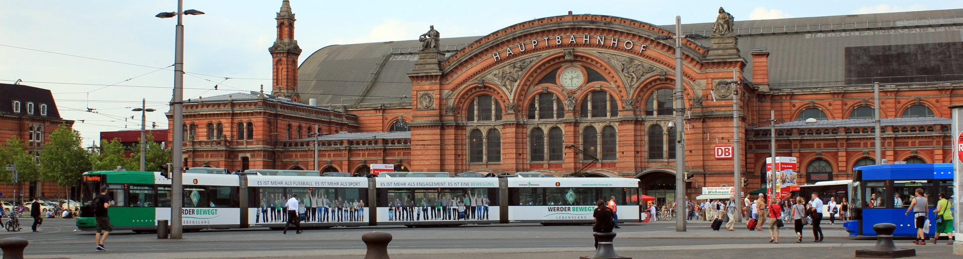 Eine Straßenbahn vor dem Bremer Hauptbahnhof