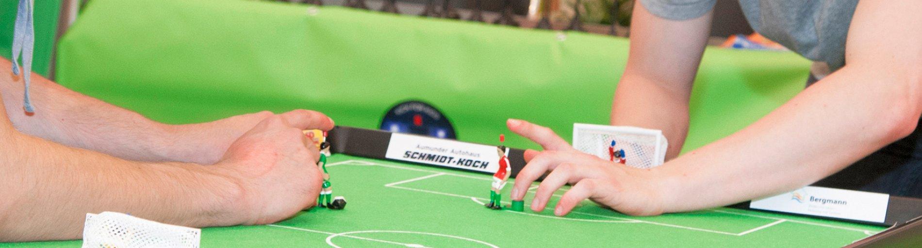 Zwei Spieler am Kickertisch