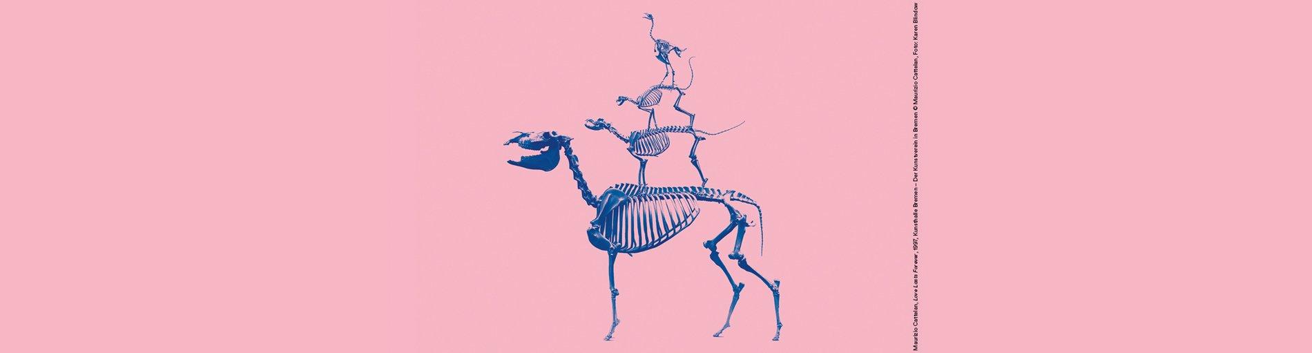 Das Skelett der Bremer Stadtmusikanten vor einem rosafarbenen Hintergrund.