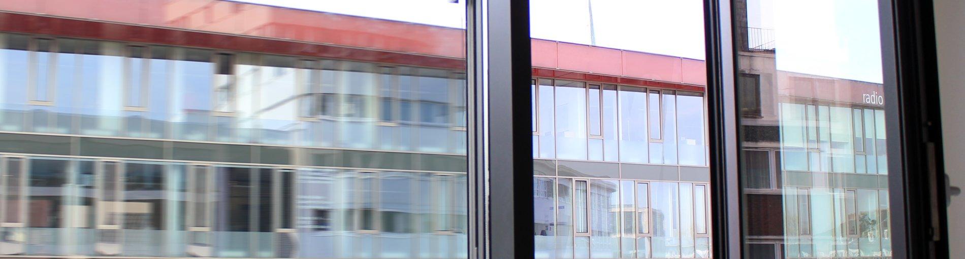Blick auf ein offenes Fenster