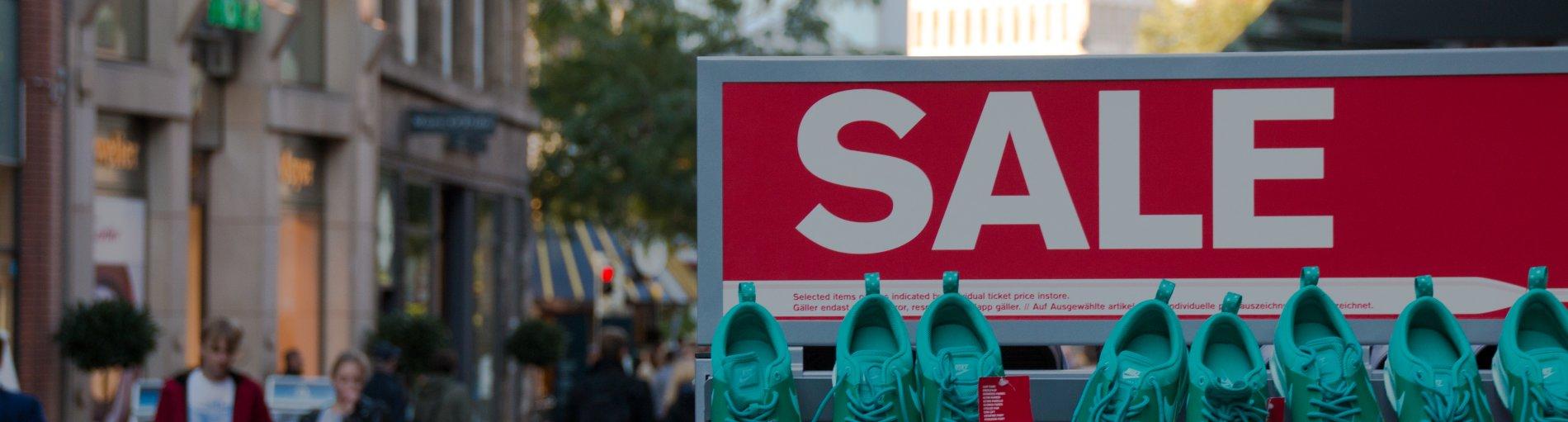 Schuhe auf einem Sale-Stand