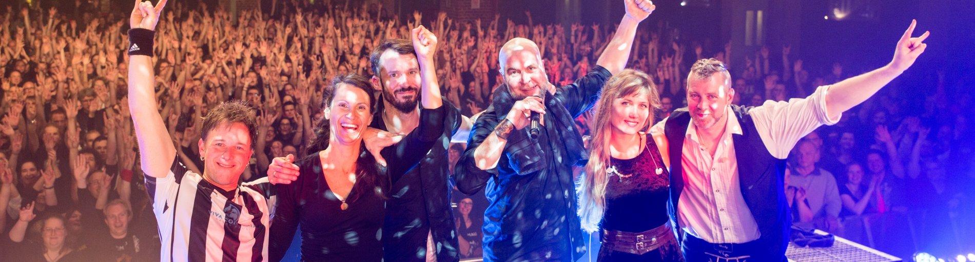 Gruppenfoto der Band Schandmaul auf der Bühne.