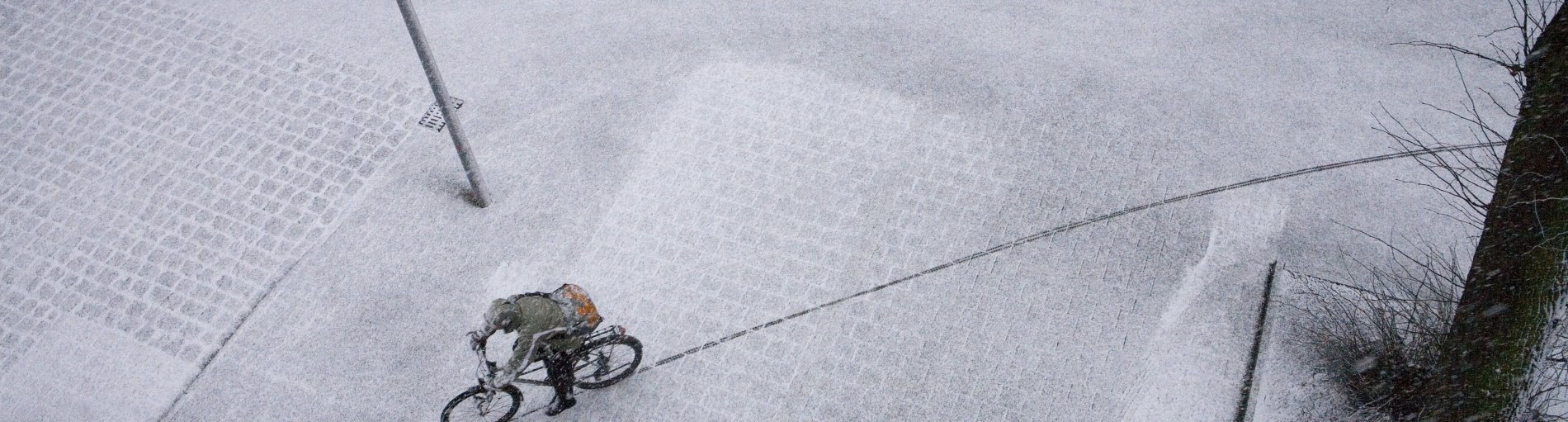 Radfahrer auf verschneiter Straße