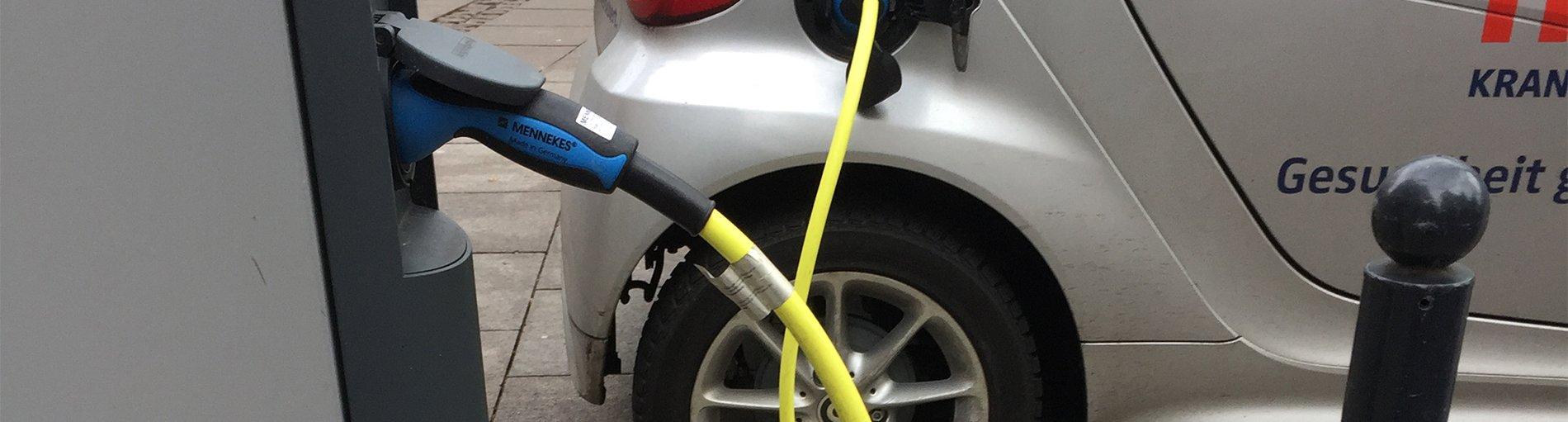 Ein Elektroauto beim Aufladen an einer Ladestation (Foto: WFB/HS)