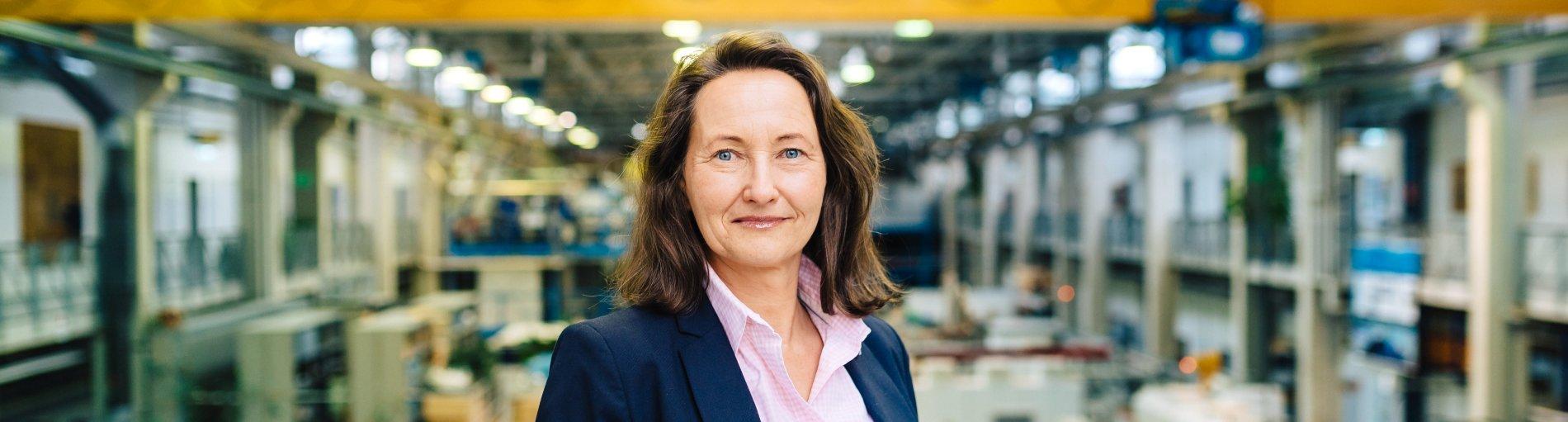 Eine Frau in einer Produktionshalle