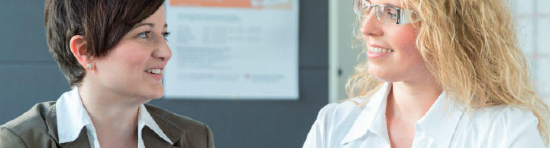 Zwei Frauen im Gespräch (Quelle: Agentur für Arbeit Bremen-Bremerhaven)