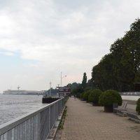 Promenade an einem Fluss entlang