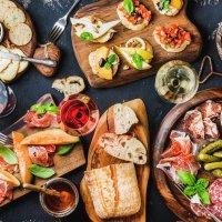 Bunte Antipastiplatte mit Baguette, Oliven, Salami und bunten Leckereien