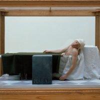 """Das Werk """"Death of Marat"""" aus dem Jahr 1998 von Gavin Turk."""