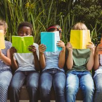 Kinder lesen Bücher im Park (Quelle: fotolia / WavebreakmediaMicro)