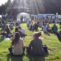 Viele junge Leute auf dem HornToBeWild-Festival im Rhododendronpark