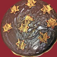 Kuchen mit Schokoladenüberzug und Marzipansternen