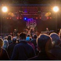 Die Hauptbühne des Ziegelei Open Air Festivals mit Publikum.