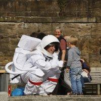 Eine Frau im Astronautenkostüm und ein Kind