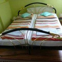 Doppelbett mit Verzierungen