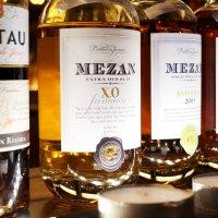 Mehrere Flaschen mit Rum nebeneinander