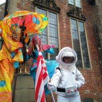 Zwei als Mars und Venus verkleidete Stelzenläufer mit einem Astronauten bei den Bremer Stadtmusikanten
