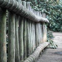 Eine Brücke aus gebundenen Hölzern