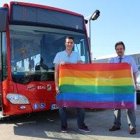 CSD-Vorstand und Pressesprecher Robert Dadanski übergibt symbolisch die Regenbogenflagge dem BSAG-Vorstandsmitglied Michael Hünig.