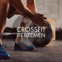 Ein Mann beim Gewichtheben, darauf die Aufschrift Crossfit in Bremen; Quelle: Fotolia / baranq