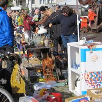 Trödel und zahlreiche Schnäppchenjäger auf beziehungsweise an Verkaufstischen.
