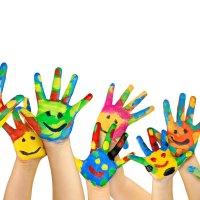 Kinderhände bunt bemalt mit Gesichtern