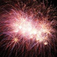 Am Himmel zeichnen sich die Funken eines Feuerwerks ab.