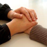 zwei hände halten eine hand