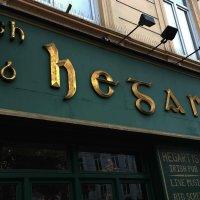 Die Fassade des Irish Pub Hegarty's am Ostertorsteinweg mit grün-goldenem Namensschild
