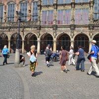 Die Teilnehmerinnen und Teilnehmer beim Start des Instawalk 'n' Roll auf dem Bremer Marktplatz, im Hintergrund das Rathaus.