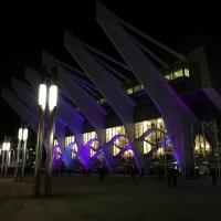 Die lila beleuchtete ÖVB-Arena bei Nacht.