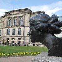 Figur von Paula Becker Modersohn vor der Kunsthalle, blauer Himmel