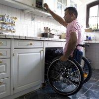 Ein Mann im Rollstuhl in der Küche.