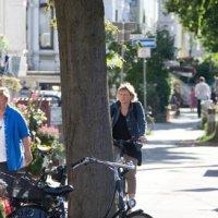 Menschen schlendern entlang der Wachmannstraße in Schwachhausen.