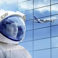 Ein Astronaut, im Hintergrund ein Flugzeug.