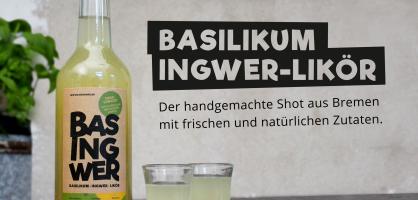 Eine Flasche Basingwer, daneben zwei gefüllte Schnapsgläschen