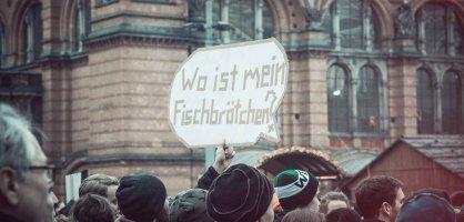 Demonstration vor dem Bremer Hauptbahnhof mit Transparant - Wo ist mein Fischbrötchen