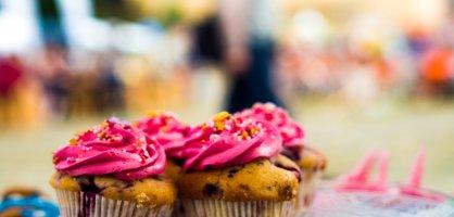 Einige Cupcakes auf einem Teller