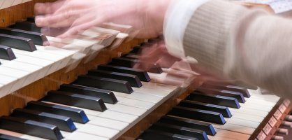Die Hände des Dom-Organisten an der großen Sauer-Orgel